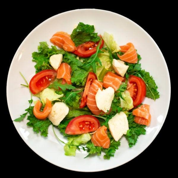 Салат з сиром моцарелла та лососем