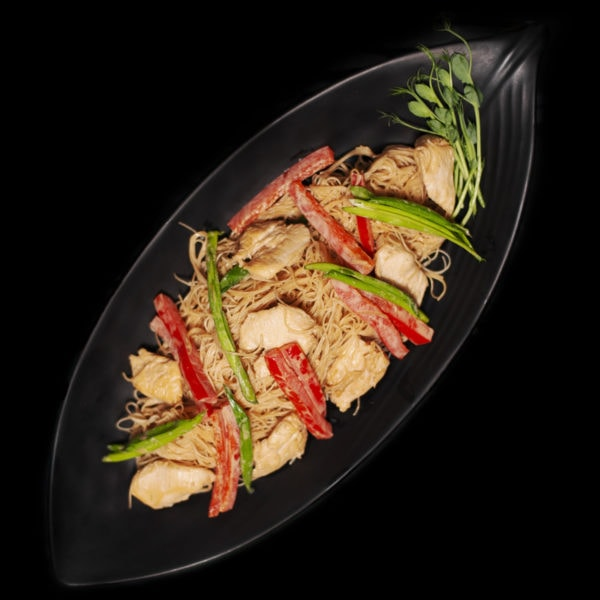 Гарячий салат з рисовою локшиною та куркою
